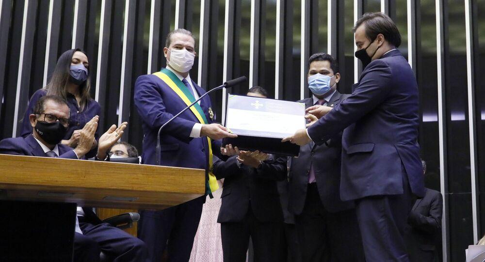 Presidente da Câmara dos Deputados, Rodrigo Maia (DEM-RJ) junto com o presidente do Senado, Davi Alcolumbre (DEM-AP), entregam homenagem ao presidente do Supremo Tribunal Federal, Dias Toffoli.