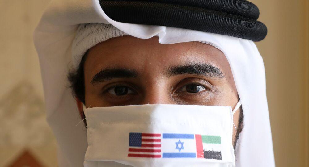 Homem com máscara comemorativa aguarda voo proveniente de Israel no aeroporto de Abu Dhabi, nos Emirados Árabes Unidos (EAU), 31 de agosto de 2020