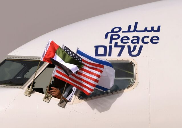 Bandeiras dos Emirados Árabes Unidos, EUA e Israel hasteadas em avião que realizou primeiro voo comercial entre os países, no aeroporto Ben Gurion, Tel Aviv, 31 de agosto de 2020