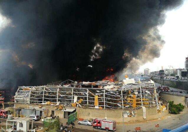 Fogo consome porto de Beirute