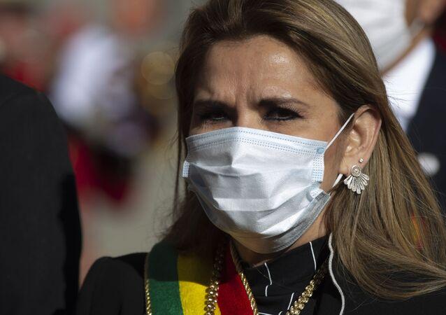 Presidente interina da Bolívia, Jeanine Áñez, usando máscara em meio à pandemia do novo coronavírus, participa de um evento do Dia da Independência em La Paz, Bolívia, 6 de agosto de 2020