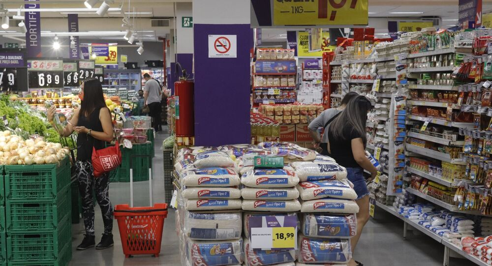 Imagem de supermercado que mostra o aumento de preços do arroz,