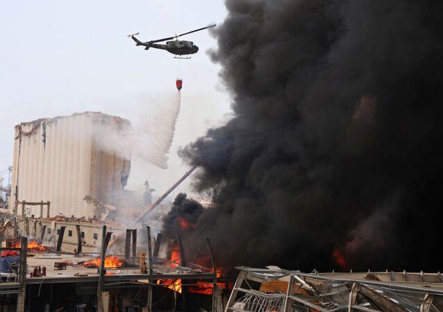 Helicóptero é usado nos esforços de combate às chamas no porto de Beirute