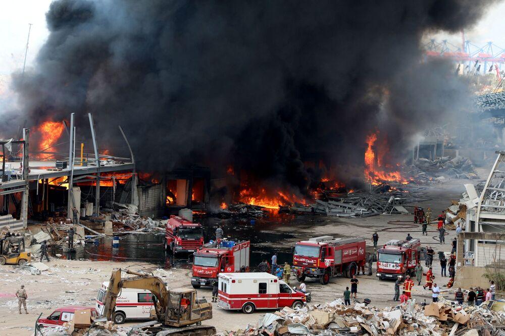 Equipes de emergência no local do incêndio que atingiu o porto de Beirute, no Líbano, nesta quinta-feira (10)