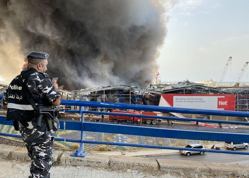 Policial acompanha desenvolvimento do incêndio que atingiu a cidade de Beirute nesta quinta-feira, 10 de setembro de 2020.
