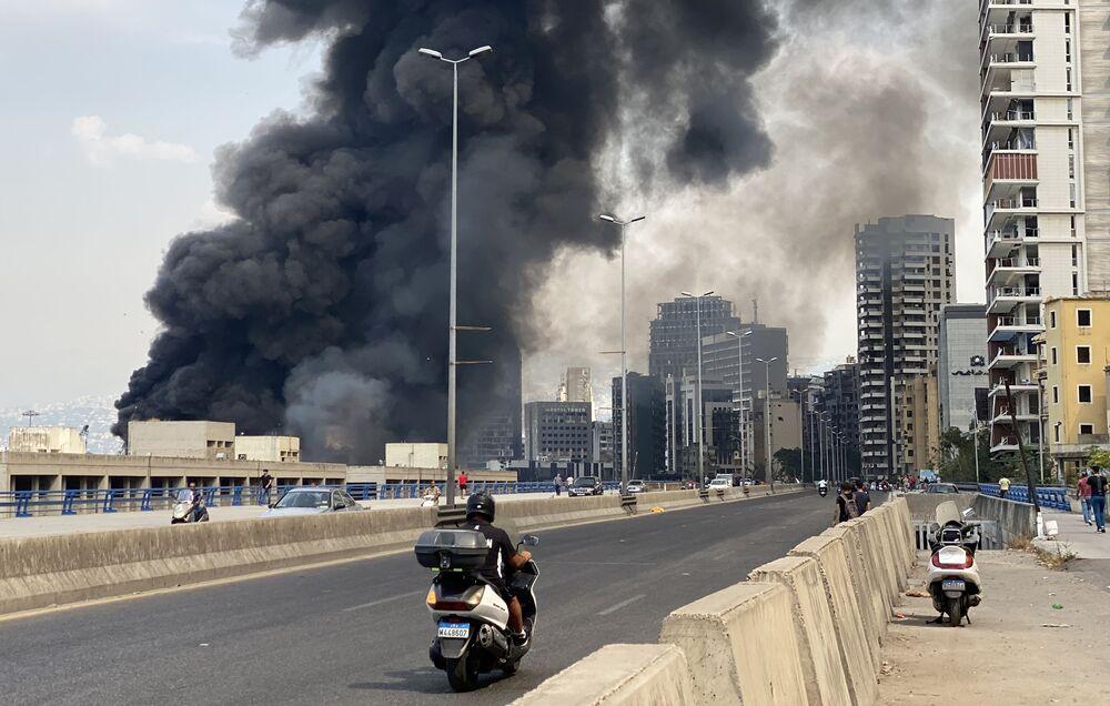 Motoqueiro observa fumaça subindo aos céus durante incêndio em Beirute