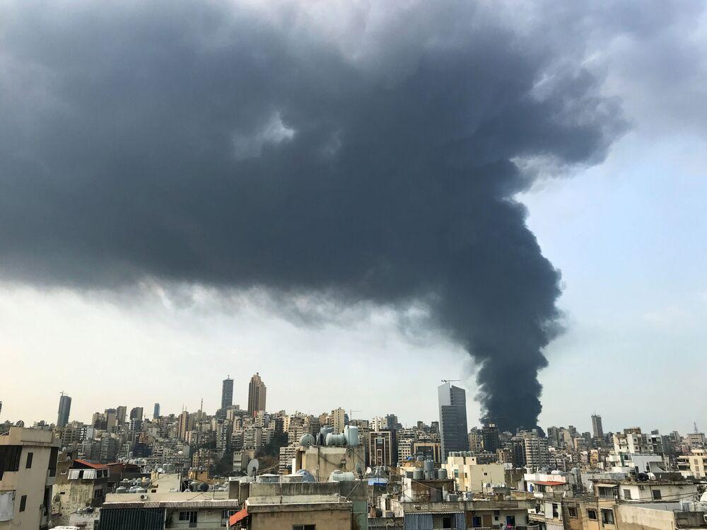 Vista do incêndio no porto de Beirute a partir de Sin-el-fil, subúrbio da capital libanesa
