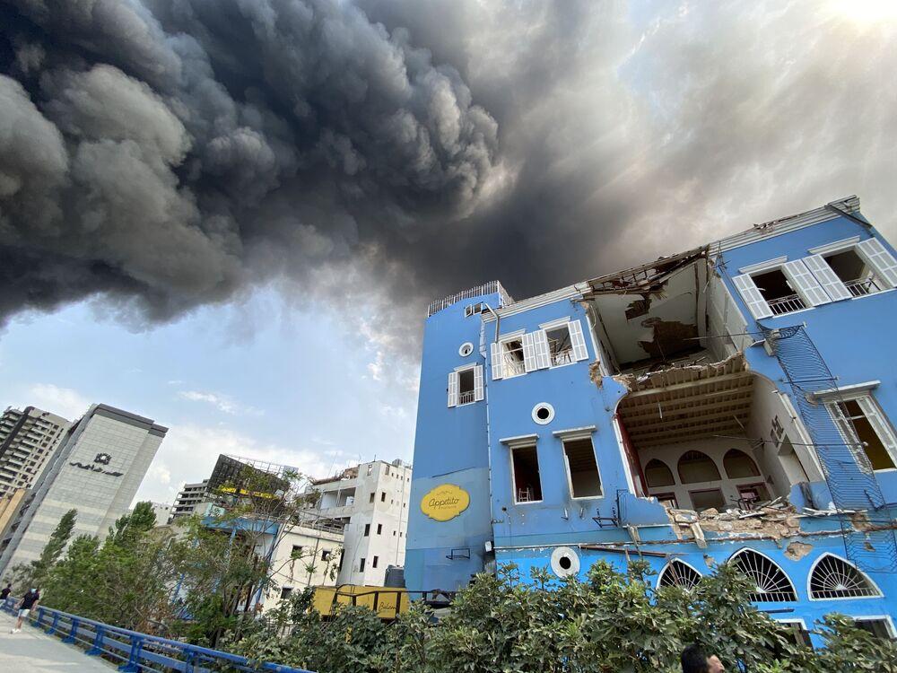 Fumaça cobre prédio destruído em Beirute, no Líbano