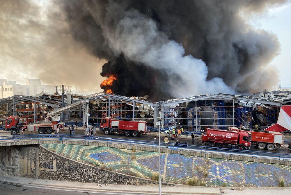Bombeiros tentam combater chamas que atingiram o porto de Beirute, no Líbano, nesta quinta-feira, 10 de setembro de 2020