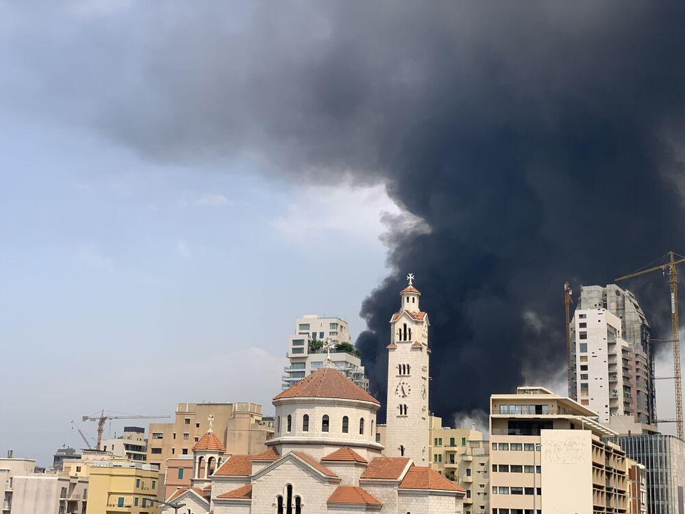 Prédios de Beirute são atingidos por fumaça escura durante incêndio na região portuária da capital libanesa