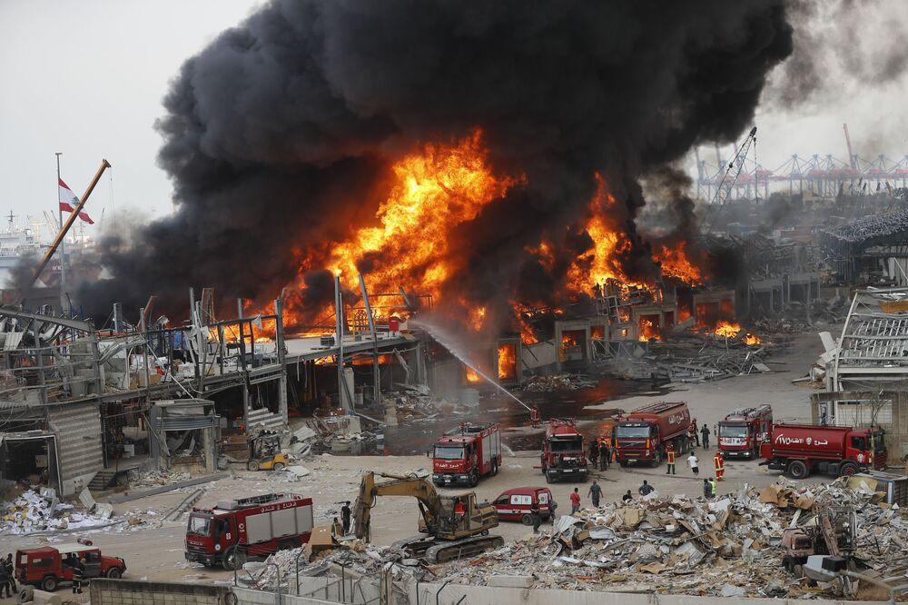 Depósito no porto de Beirute é consumido pelas chamas durante incêndio na capital libanesa, um mês após uma grande explosão na região