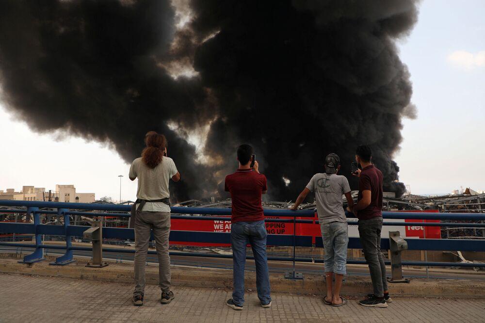 Testemunhas capturam imagens do incêndio que atingiu o porto de Beirute, nesta quinta-feira (10)