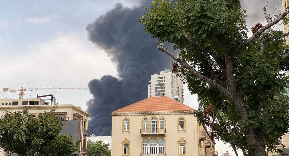 Nuvem de fumaça sobre o porto de Beirute, capital do Líbano (arquivo)