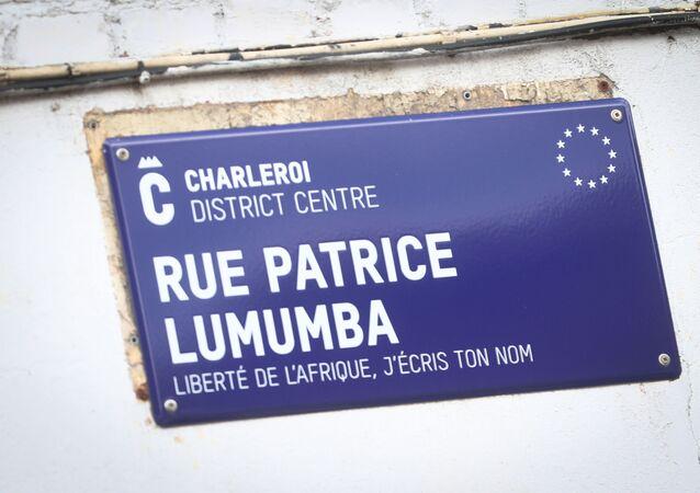Placa nomeando rua em Charleroi, na Bélgica, em homenagem ao ex-líder congolês Patrice Lumumba