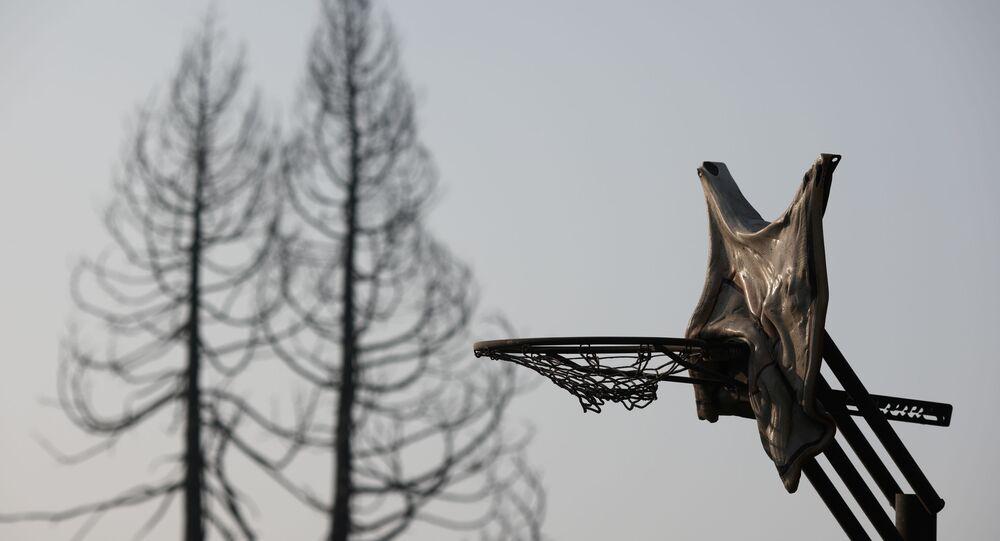 Aro de basquete derretido após incêndios no bairro de Bear Creek, em Phoenix, Oregon, EUA, 10 de setembro de 2020