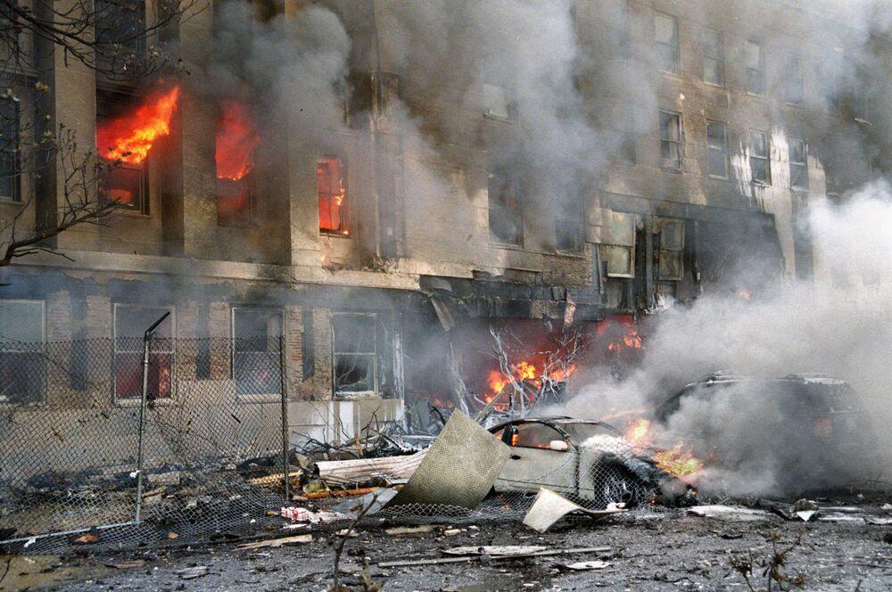 Prédio em chamas durante os ataques de 11 de setembro de 2001 nos EUA
