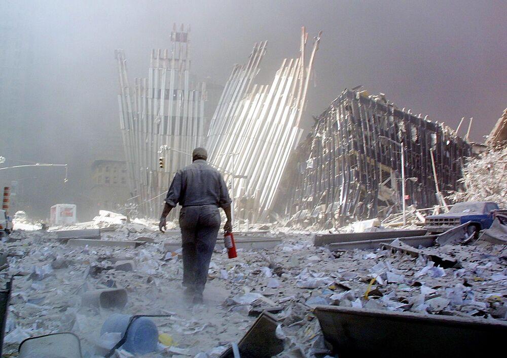 Escombros do World Trade Center danificaram prédios em suas cercanias em 11 de setembro de 2001