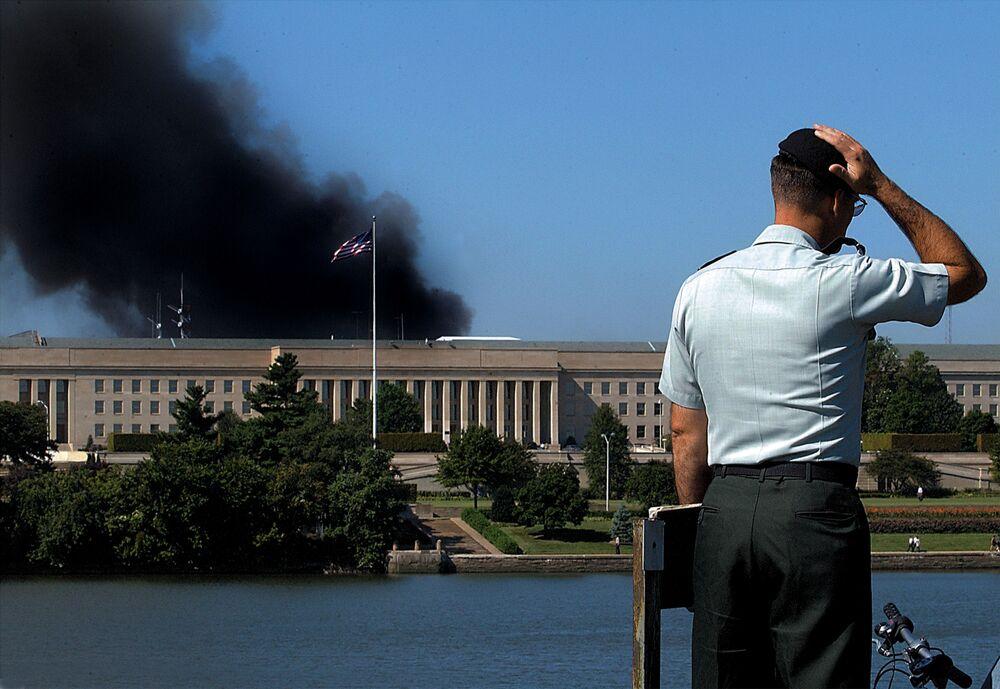 Prédio do Pentágono após ser atacado durante os atentados terroristas em 11 de setembro de 2001 nos EUA