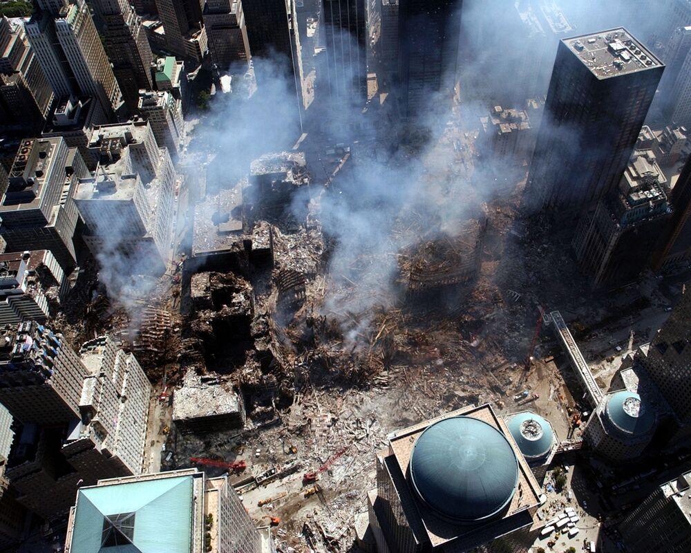 Imagem feita do alto mostra área de Nova York repleta com os escombros das torres atacadas