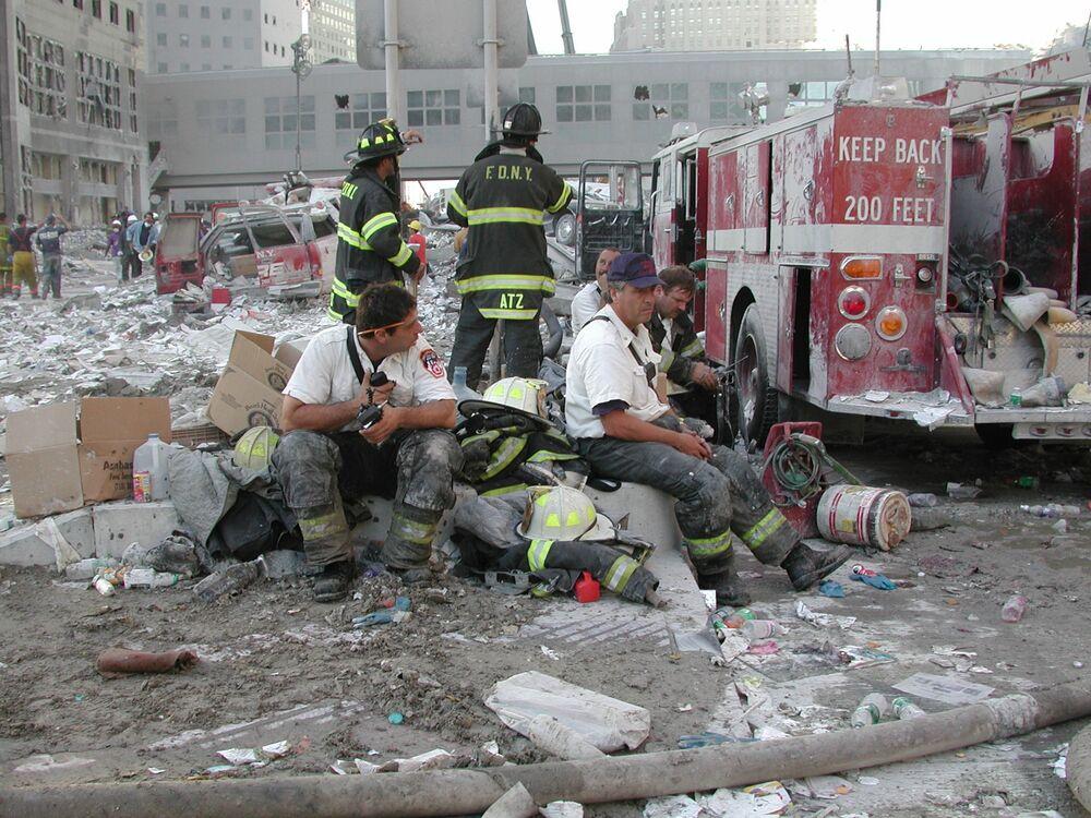 Bombeiros descansam durante trabalhos de resgate após ataques do 11 de Setembro