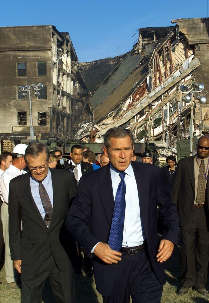 Presidente norte-americano George Bush visita o Pentágono após o ataque em 11 de setembro de 2001