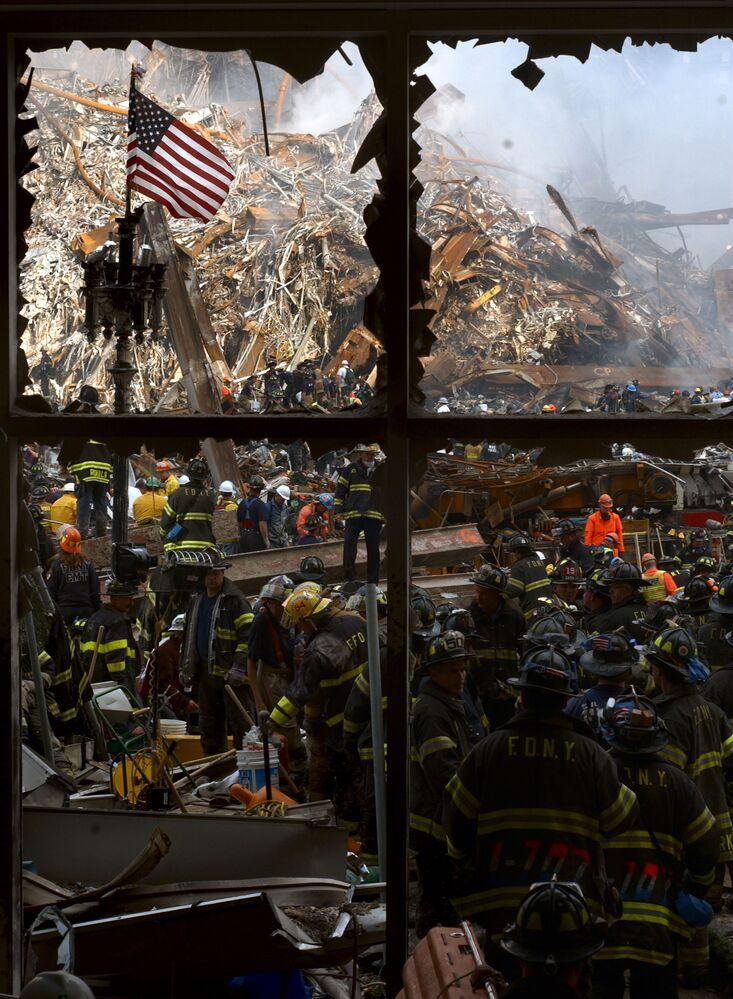 Trabalhos de resgate e combate às chamas pelos bombeiros nova-iorquinos