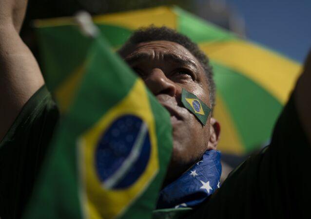 Manifestante em ato a favor da Operação Lava Jato, em Copacabana, Rio de Janeiro, 30 de junho de 2019