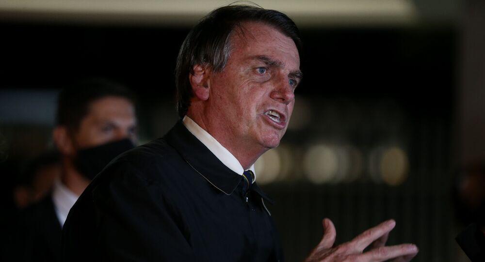 O presidente Jair Bolsonaro durante entrevista ao chegar no Palácio da Alvorada. Ele falou sobre o vídeo da reunião ministerial citada por Sérgio Moro como prova de interferência na PF.
