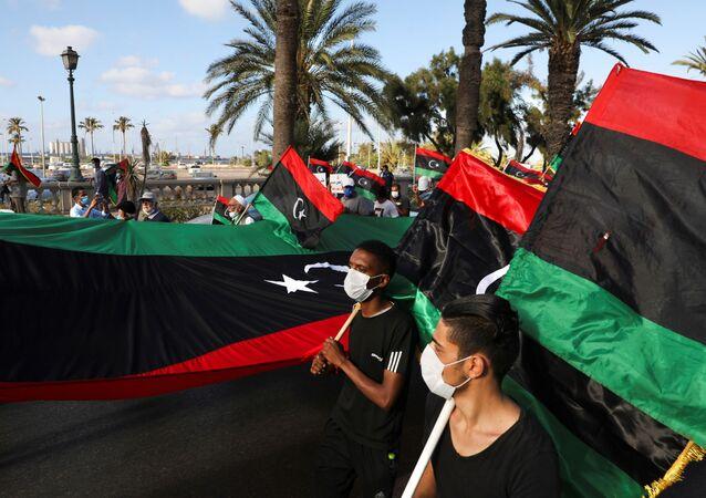 Manifestantes marcham em protestos contra o governo de Trípoli, na Líbia