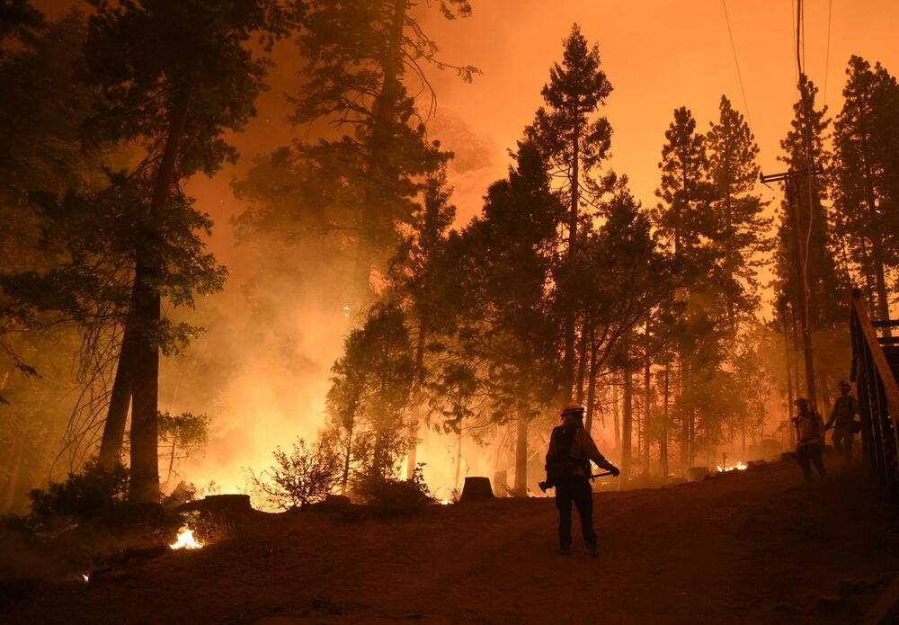 Bombeiros tentam combater incêndio florestal na Califórnia