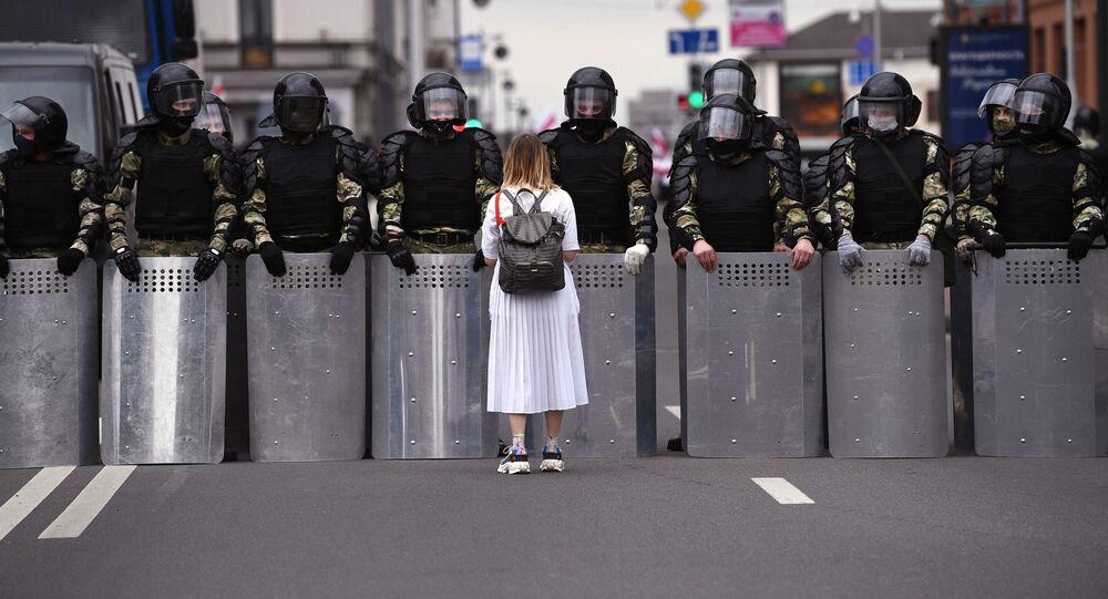 Manifestante da oposição durante protesto não autorizado em Minsk