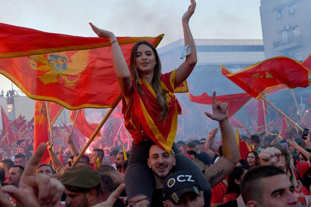 Manifestantes marcham com bandeiras após eleições parlamentares em Montenegro