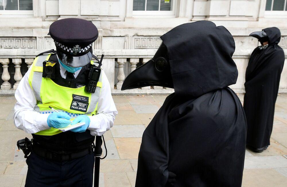 Policial e ativista ambiental durante protesto em Londres