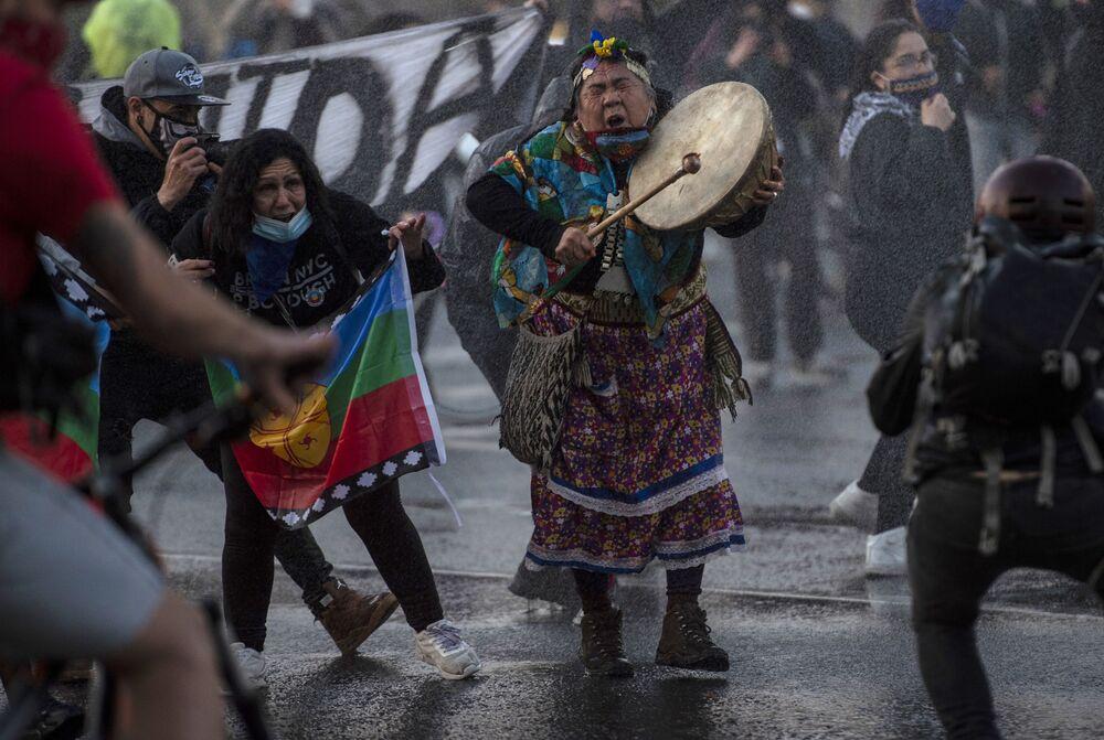 Indígena protesta contra ações do governo no combate à COVID-19 no Chile