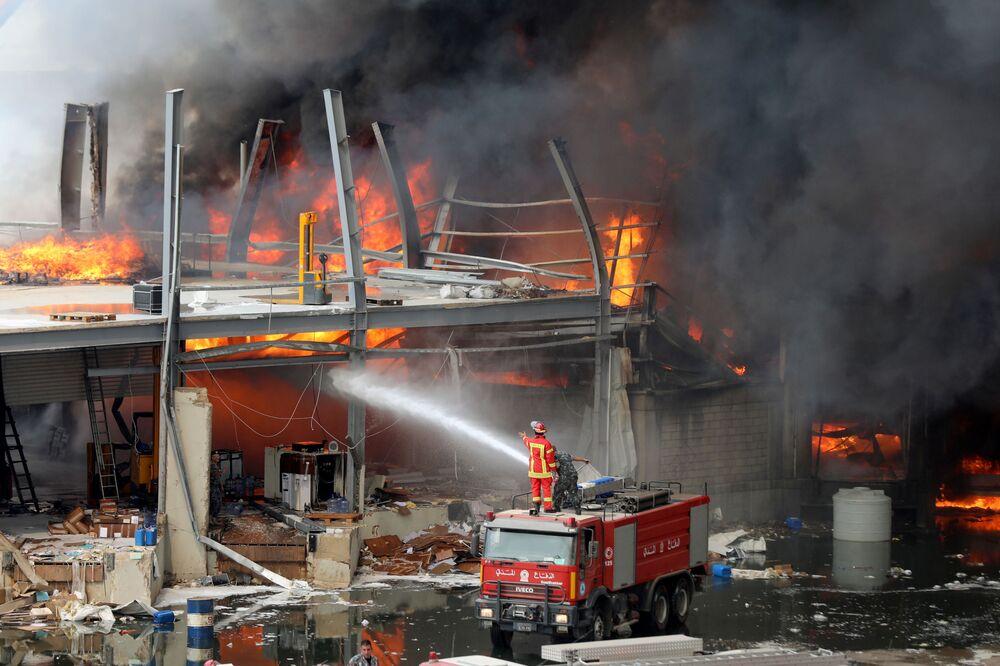 Incêndio atinge área portuária de Beirute