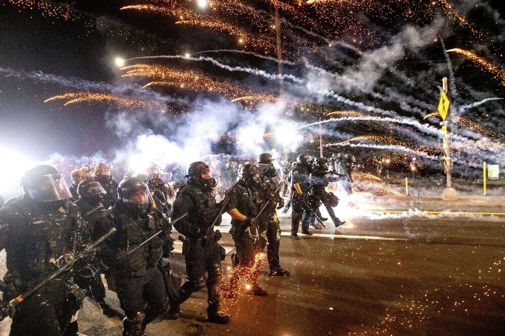 Polícia dispersa manifestantes em Portland, EUA