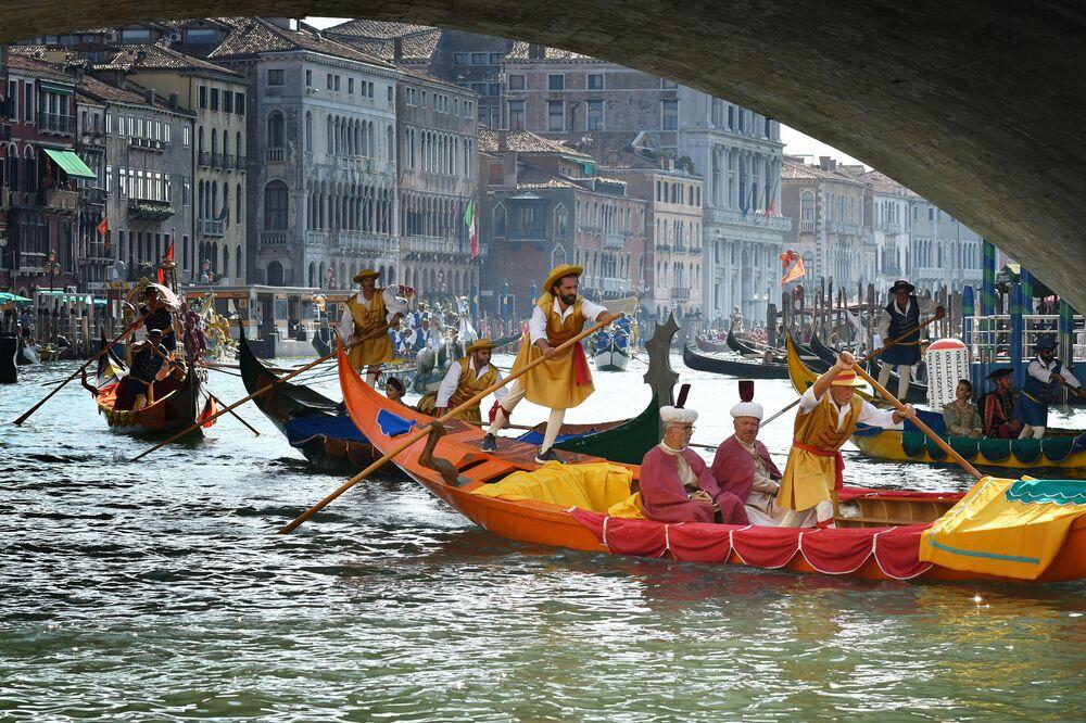 Regata histórica de gôndolas em Veneza, Itália