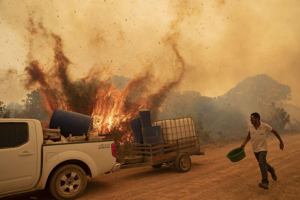 Voluntário tentando apagar as chamas na Transpantaneira, no Pantanal, 11 de setembro de 2020