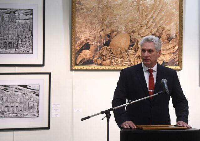 Presidente cubano Miguel Díaz-Canel Bermúdez fala na abertura da exposição de pinturas do artista cubano Yosvani Martínez, dedicada ao líder da revolução cubana Fidel Castro e ao 500º aniversário da capital do país, Havana