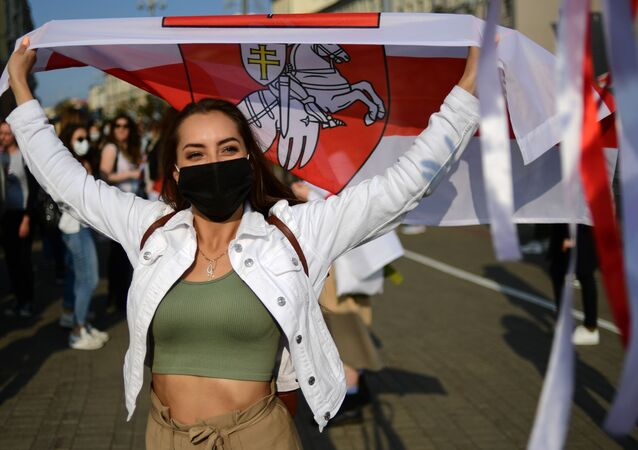 Participante da marcha de mulheres não autorizada Amiga por Amiga em Minsk, Bielorrússia, 12 de setembro de 2020