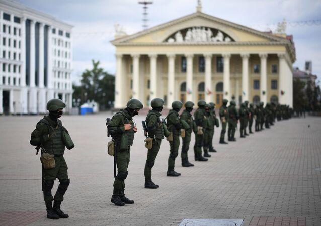 Policiais se preparam para atuar em protesto não autorizado em Minsk, Bielorrússia, 13 de setembro de 2020