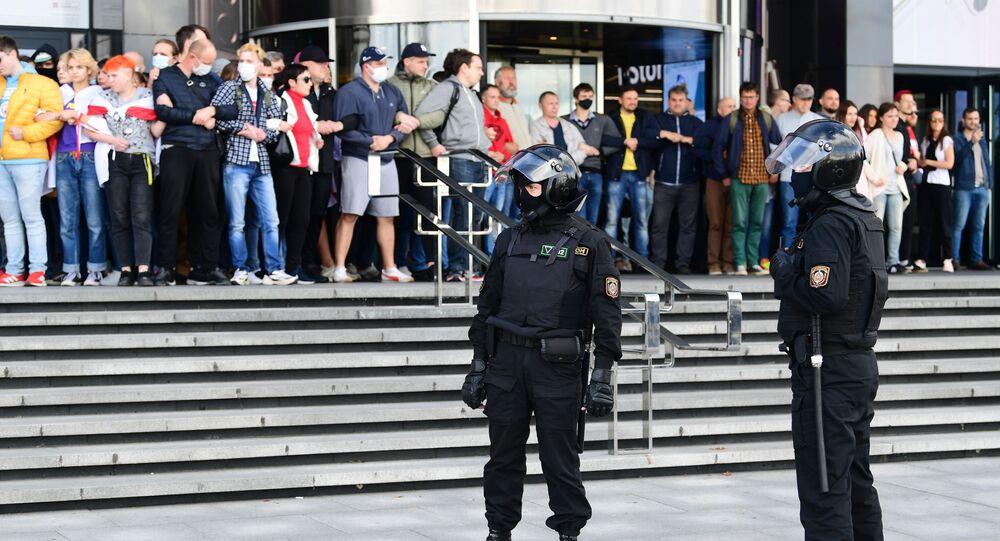 Policiais e manifestantes durante protestos em Minsk, Bielorrússia, 13 de setembro de 2020