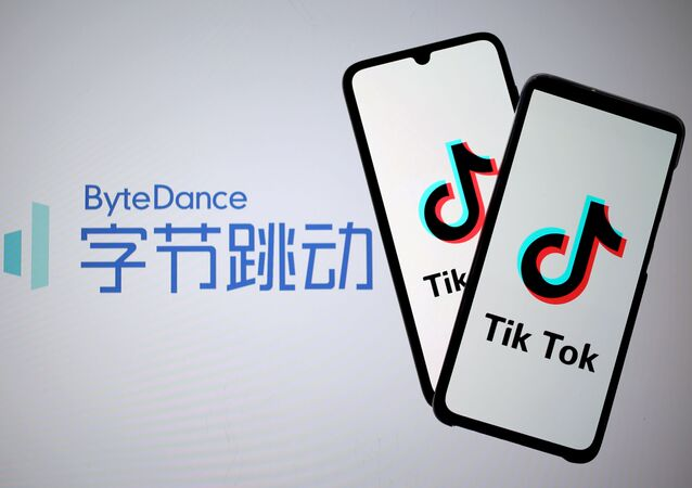 Logotipos Tik Tok em smartphones junto a um logotipo da ByteDance, 27 de novembro de 2019