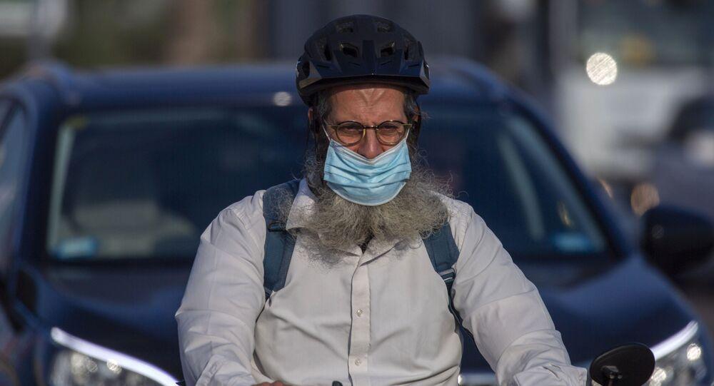 Homem usa máscara protetora durante surto de COVID-19 na cidade de Netanya, Israel, 14 de setembro de 2020
