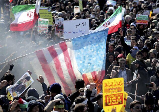 Em Teerã, manifestantes queimam bandeira dos Estados Unidos em comemoração do aniversário da Revolução Islâmica do Irã