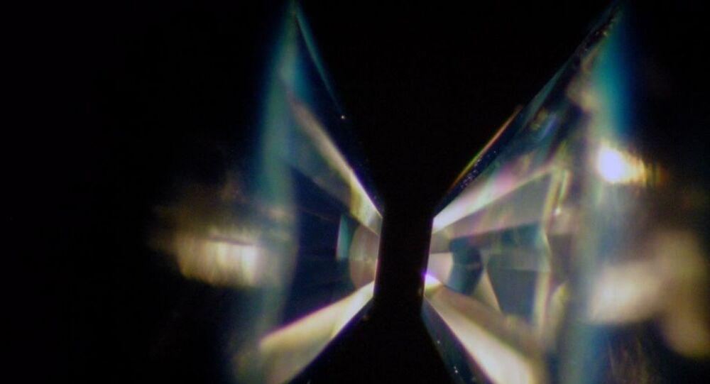 Dois diamantes de cristal único com qualidade de gema são moldados em bigornas e, em seguida, voltados um para o outro