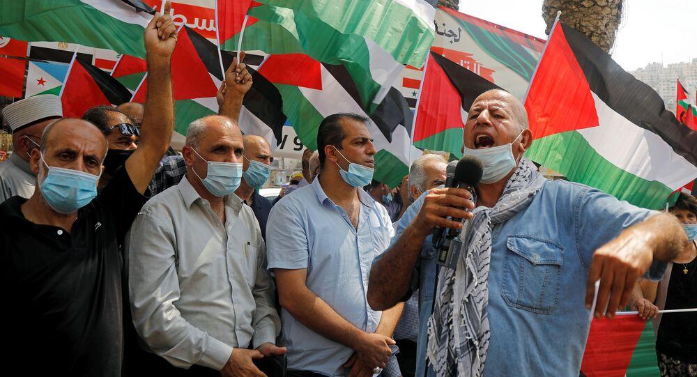 Palestinos participam de protesto contra a normalização dos laços com Israel, em Nablus, Cisjordânia, ocupada por Israel, 9 de setembro de 2020, dia de reunião de ministros das Relações Exteriores árabes