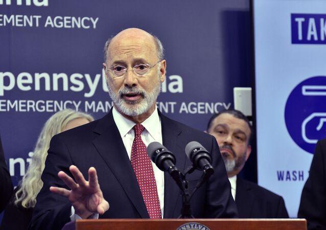 Em Harrisburg, nos EUA, o governador do estado da Pensilvânia, Tom Wolf, fala com repórteres durante uma coletiva de imprensa sobre protestos contra medidas impostas para conter a pandemia da COVID-19, em 12 de março de 2020.