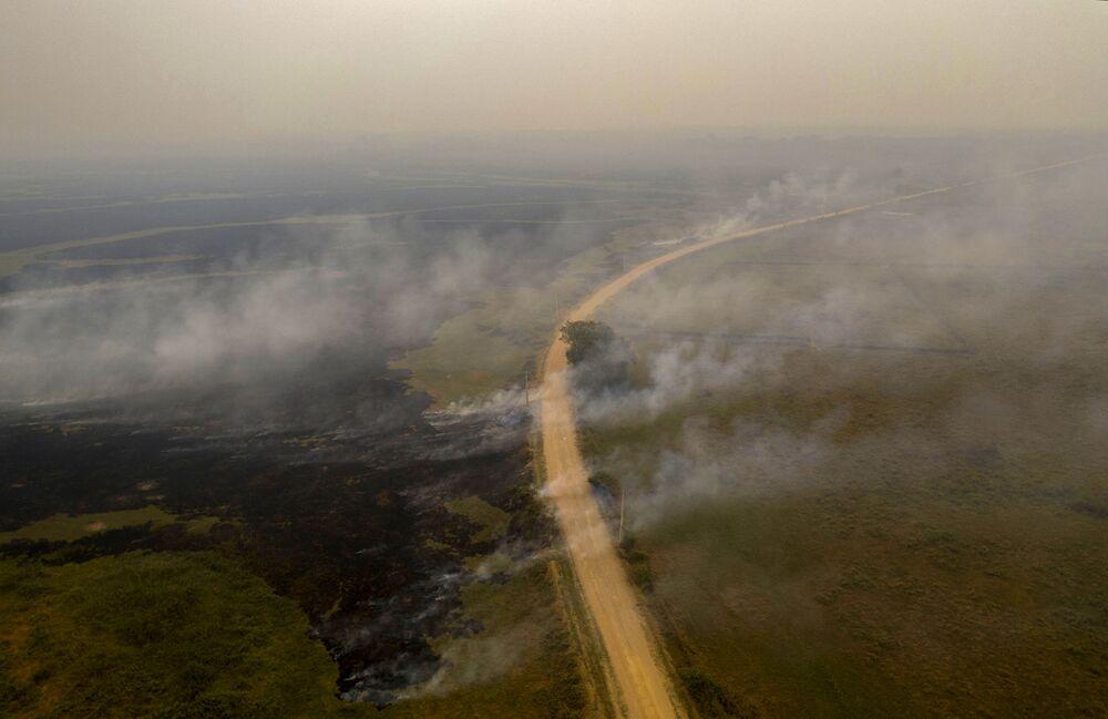 Vista aérea da estrada Transpantaneira e do incêndio no Pantanal