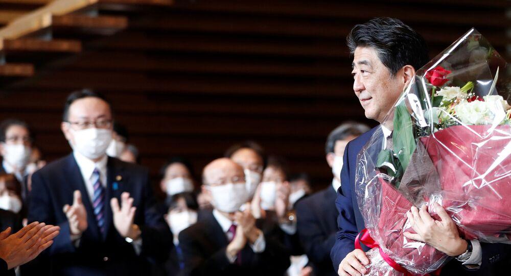 Shinzo Abe deixa a residência oficial do primeiro-ministro do Japão após oito anos no cargo, Tóquio, 16 de setembro de 2020